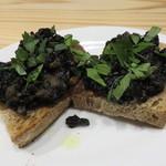 falo - (ブーランジェリードリアンの天然酵母の)パンに乗ったイカの墨煮2