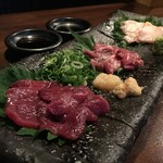 創作居酒屋 樹 - 馬肉の3種盛り 赤身、霜降り、コウネ(タテガミ)