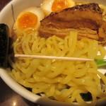 麺屋武蔵 武仁 - 麺は多加水、太目で強い。