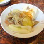 大平屋 - 肉豆腐の取り分け後(牛肉、豆腐、長ネギ、ジャガイモ)