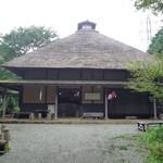 55043013 - 横から見た甘酒茶屋                       みごとな茅葺屋根!