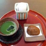 割烹旅館 湯の花荘 - チェックイン時にいただいた冷たい抹茶 & 温泉饅頭(2016年8月)