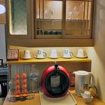 割烹旅館 湯の花荘 - 離れの客室『武蔵』のリビングに用意されたコーヒーメーカー(2016年8月)