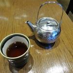 とんかつ和幸 - 卓上のお茶