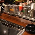 ゆかり - テーブル脇の調味料群