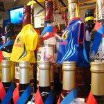 乞食男爵 - 店内は、国内外のサッカーグッズでいっぱい