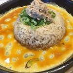 丸源ラーメン - 炒飯は鉄板皿に溶き玉子を入れてくれます→次へ