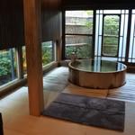 55065918 - 21㎡の半露天リビング、直径160cmのヒバ浴槽に源泉掛け流し