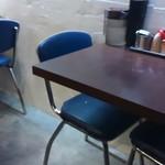 バサノバ - シルバーメタリックの奥行のあるカウンター席の他にはこんな2人掛け席。