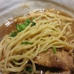 バサノバ - 麺は中太で縮れのあるちょっと平打麺。