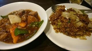 皇朝 - 牛バラ煮込み?、レタス入り牛肉黒チャーハン
