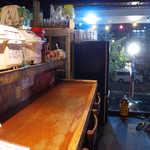 吉柳 - カウンターの後ろには、畳の小上がりが4卓ほど。沖縄らしさのある空間