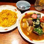 55074300 - スープカレー・チキンとあさり(¥1050)。見た目だけでも、元気になれそう!
