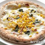 カフェ ビタースイート - ピザ・マイス ¥1,250〔税込¥1,350〕:ピザ生地の上にモッツァレラチーズを乗せて、コーン、ベーコン、玉ねぎ、バジルを加えて焼き上げます。お子様にもおすすめの、ナポリで人気のピザです。