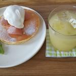 マ~クカフェ - 桃のコンポート、ヨーグルトアイス、ラズベリーソース、キウイのフルーツパンケーキとりんごジュース