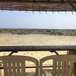 浜辺の茶屋 - 砂浜の特設席からの眺め~♪満ち潮時間には、すぐそばに海が。。。