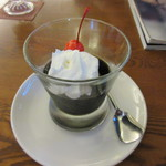 三和珈琲館 - 先ずは社員2人が頼んだコーヒーゼリーセット880円のコーヒーゼリーが運ばれてきました、クリームがトッピングされ夏にピッタリの商品ですね。