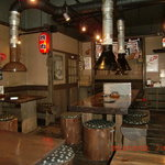 炭小屋 - 店内の作りは木を中心に素材とし、落ち着いた雰囲気で作られています。