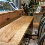 ハンズカフェ - コンセント付きのカウンター席。