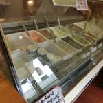 55093852 - 境川ポタの帰りに糖分補給=3=3=3                       ソフトトップ(400円)でストロベリーのジェラート♪                       ほんのり甘いソフトクリームも甘さを抑えたストロベリージェラートも美味しい!