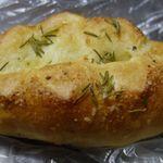BONBON - まずは香草と岩塩のパンを食べてみると、ほどよい塩気と香草の香りが漂ってくるパンで、お肉やお魚などと合わせて食べたい美味しさです。