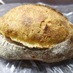 BONBON - クープは小麦の風味が力強く、表面固めで中は柔らかなパン。小麦の風味が強いことで、素のままでもなかなかの美味しさです。