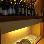 リストランテ 薫 - 和室にもワインボトルが並びます