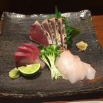 55101571 - 本日の刺身の盛り合わせ。鰹にハマチ、真魚鰹の三点盛りです。