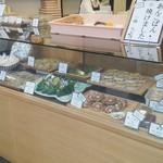 鉢の木 - 商品棚