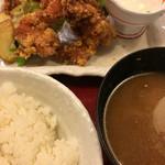 北海道料理ユック - 唐揚げに温泉玉子がついていたので、浸けながら食べました。