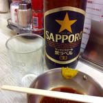 グリル清起 - 瓶ビール(大、サッポロ)。やっぱりサッポロ黒ラベル。手前はハンバーグ用のタレ(和風)。