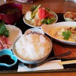 イタダキ - ITADAKIのお魚ランチ(かつおのお造りとポテトと鮭のグラタン)990円