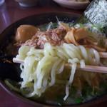 つるおか家 - 味噌モツラーメンの麺