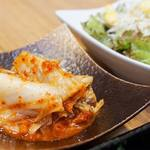 焼肉 清香園 - ライス・サラダ・キムチ・スープ付きです。