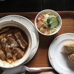 ねむの木 - タンシチュー、パンにはハムとキウリ。サラダのドレッシングも優しい味です。
