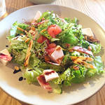 ファーム トゥー ユー - 健味鶏の自家製ハムとグレープフルーツと鎌倉野菜のサラダ/1200円