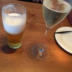55170121 - 乾杯(ビールは飲みかけ)