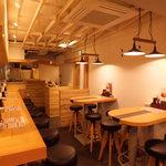 鶏×バル HINAMARU - 店内は女性も居心地のいいカフェ風!