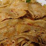 日高屋 - 日高屋 西葛西北口店 バクダン炒め こんなに大きな豚肉も使われます