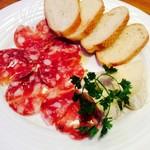 Oyster Bar ジャックポット - カマンベールチーズとサラミの盛り合わせ