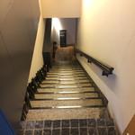 Az/ビーフン東 - 階段を降りたら入り口があります