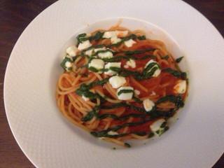 ヴィア トスカネッラ - モッツァレラチーズのトマトソース バジルソースがけ