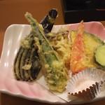 55180343 - 夏野菜の天ぷら。 舞茸や巨大オクラなど夏の旬が満載。