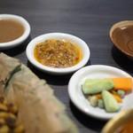 ネパール民族料理 アーガン - 手前から、シサプサ・メティスープ(多分)