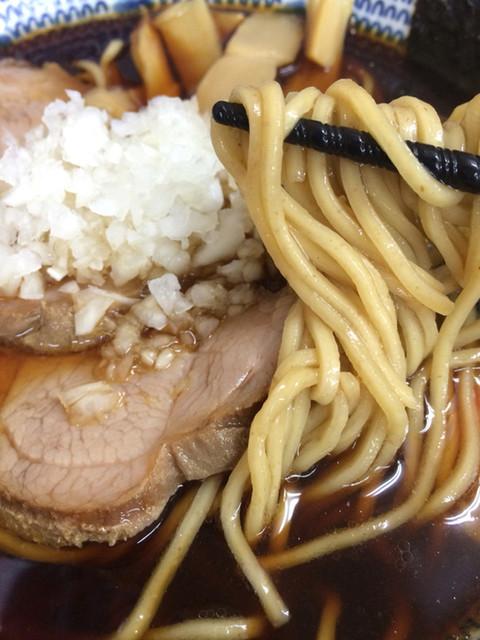 肉煮干中華そば 鈴木ラーメン店 - 麺。スープ共によく見るとお蕎麦のソレ。