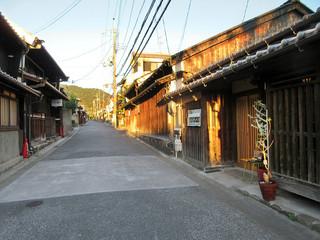 cafe zuccu - 右がcafe zuccu。奥に進むと写真美術館や新薬師寺