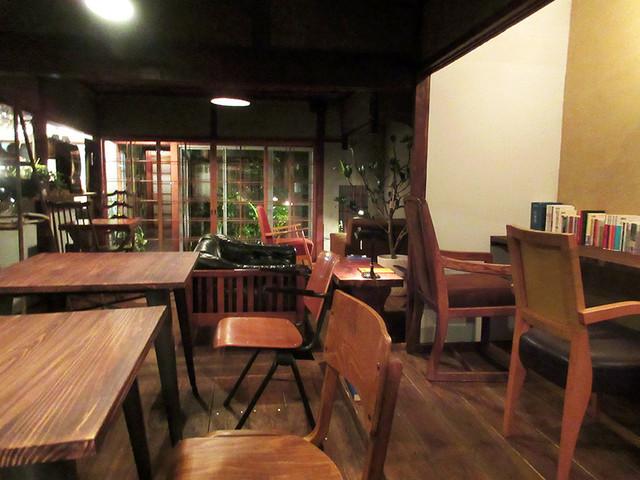 cafe zuccu - 奥に坪庭が見えます