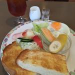 55188544 - 厚切りトーストのモーニングセット550円♪                       ボリュームと味に満足☆
