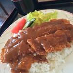 55188547 - カツメシ 牛ロース880円                       豚ちゃんなら780円                       薄い肉にデミグラスソース                       茹でキャベツを添えたのが                       「カツメシ」の一般的なスタイル