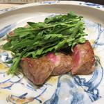 角と - 赤身牛ロースのステーキ。